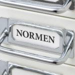 Schubladenschrank mit der Aufschrift Normen
